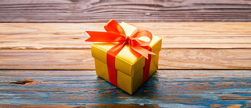 Cadeau en papier doré et ruban rouge