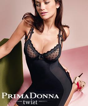 Femme portant une robe sculptante Twist de Prima Donna