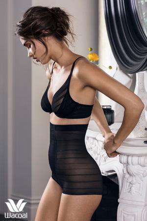 mannequin lingerie vue de profil debout porte shorty taille haute galbant noir de la marque shapewear wacoal et soutien-gorge noir