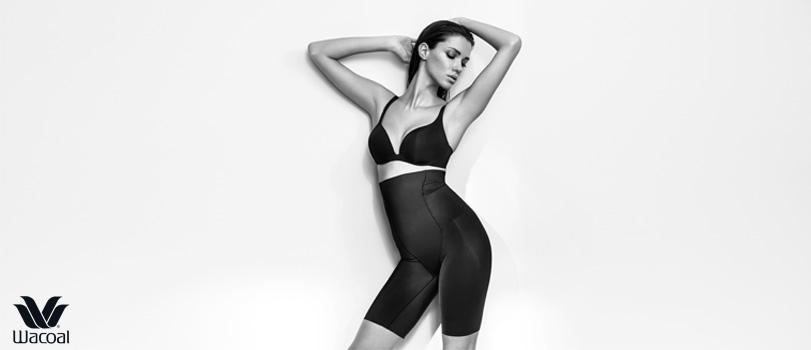 photographie noir et blanc mannequin porte soutien-gorge noir et panty gainant noir de la marque japonaise Wacoal, lingerie amincissante