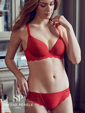 Femme portant un ensemble Simone Pérèle rouge écarlate de la collection Caresse
