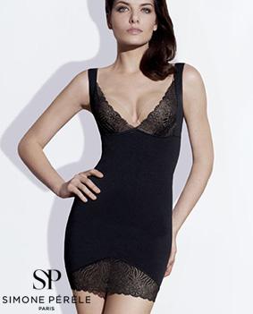 mannequin porte robe gainante de la marque simone pérèle noire et dentelle stretch