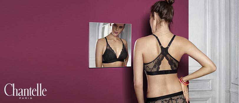Mannequin se regardant dans un miroir portant un soutien gorge triangle de la marque Chantelle Paris