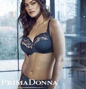 Myla Dalbesio portant un ensemble Deauville de couleur Submarine de la marque Prima Donna