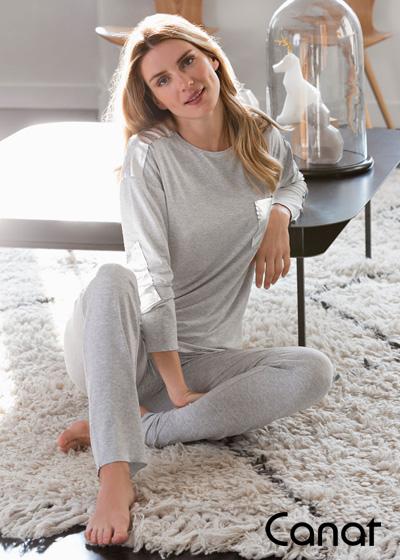 femme assise par terre en pyjama gris tout doux canat