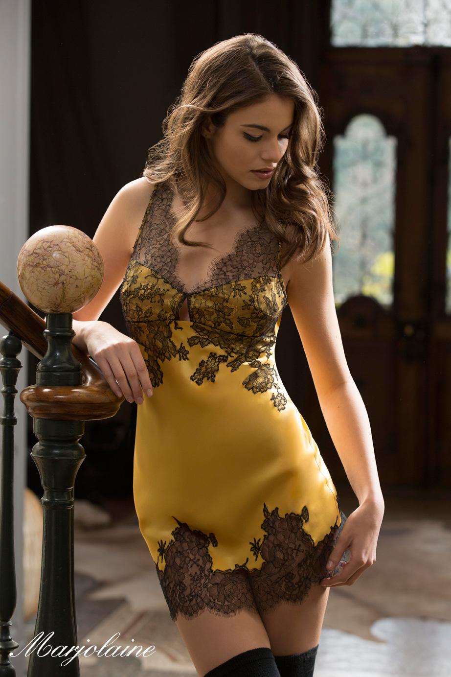 mannequin habillée d'une nuisette sexy en dentelle jaune marjolaine