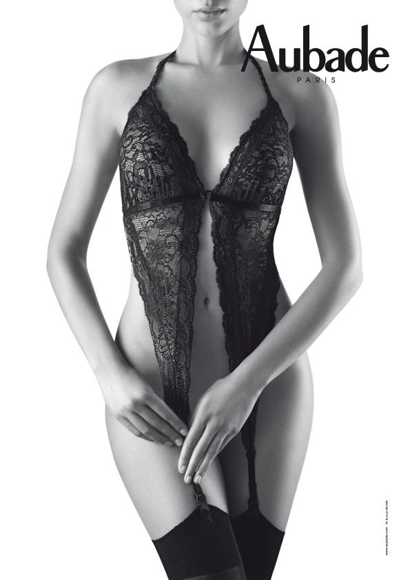 femme porte jarretelles triangle en dentelle photographie noir et blanc
