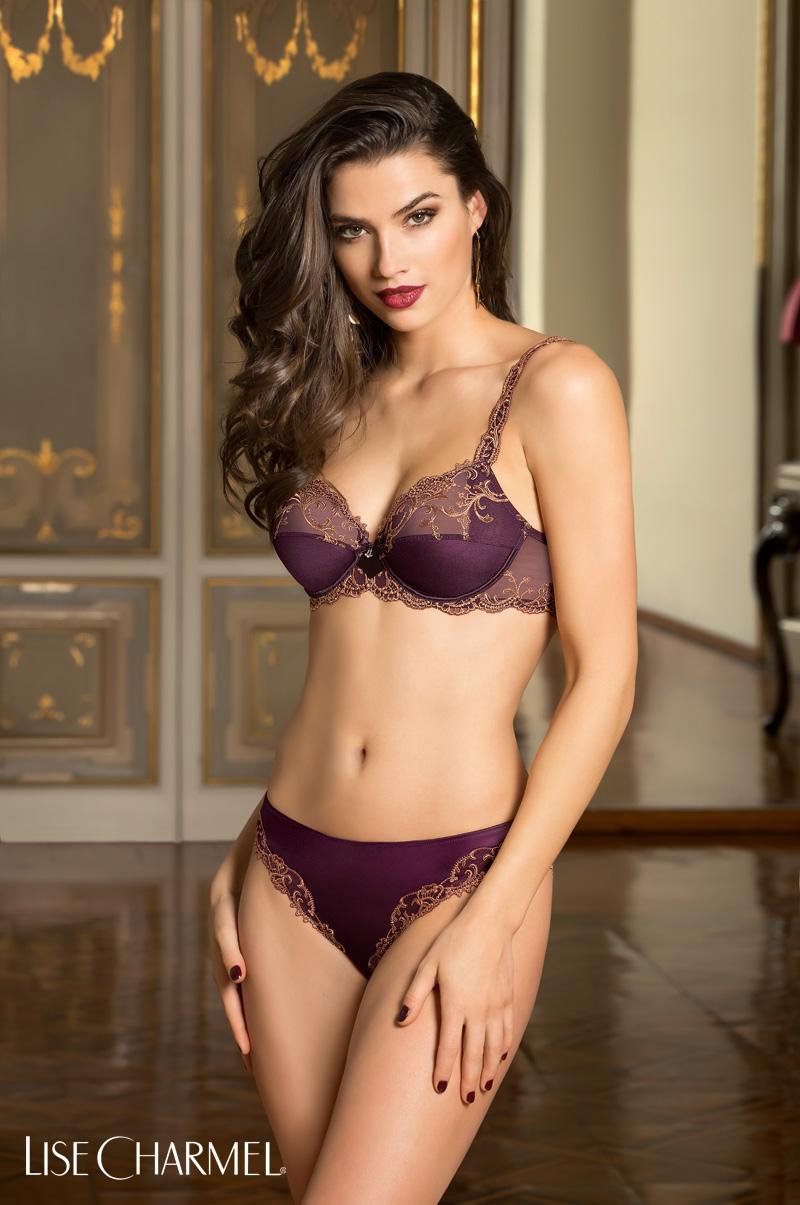 mannequin porte un ensemble de lingerie lise charmel en coloris grenat splendeur soie