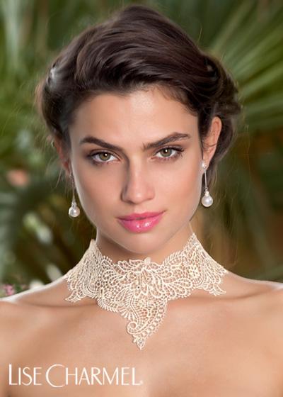 portrait femme mannequin lise charmel porte un collier blanc dentelle lingerie