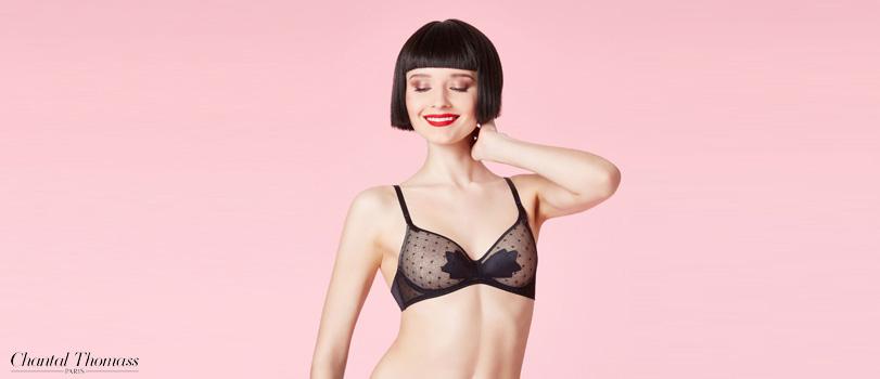 femme mannequin cheveux carré noir fond rose sourit rouge à lèvre ensemble  lingerie chantal thomass db525a2b205