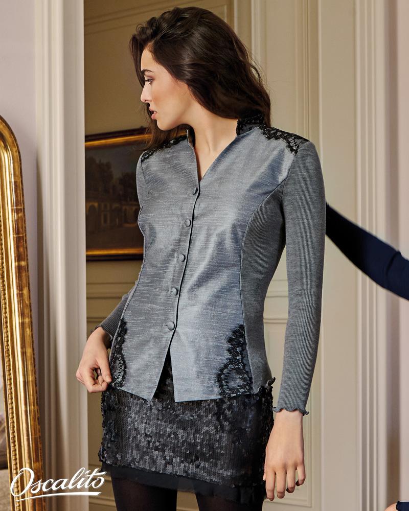 7cbe3b0cb3b femme brune qui se regarde dans le miroir et porte un top de lingerie de  luxe