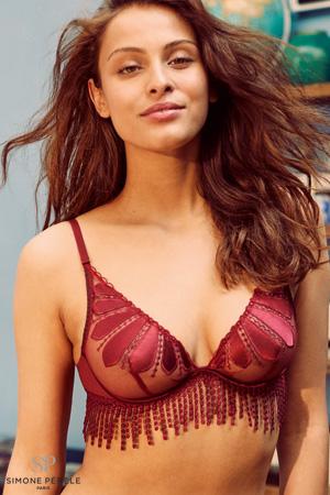 femme mannequin brune bohème porte soutien gorge triangle naturel rouge en satin et franges de guipure