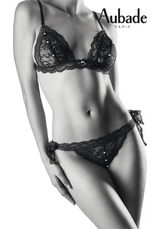 photographie en noir et blanc aubade corps de femme porte ensemble soutien-gorge et culotte en dentelle noire avec des boutons ouvrables
