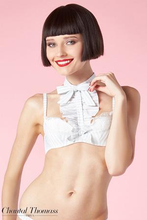 mannequin brune porte un soutien-gorge et un jabot de la marque chantal thomass aux couleurs ivoires et gris rayés.