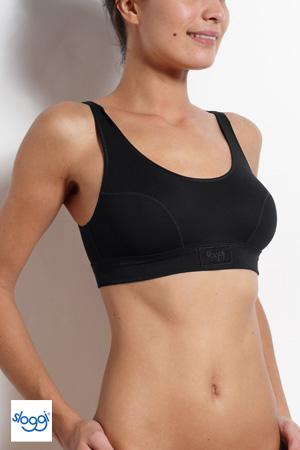 buste de femme qui porte une brassière sport yoga noire de la marque Sloggi en coton