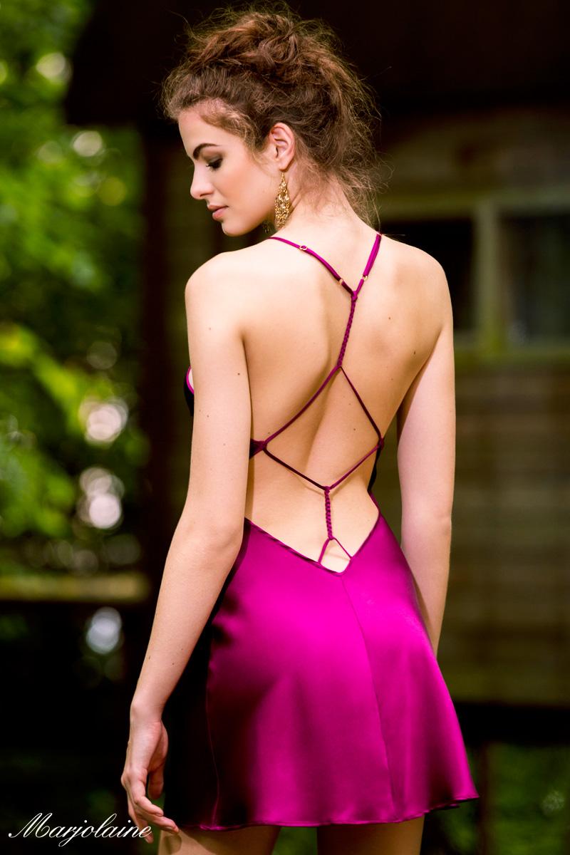 mannequin porte combinette nuisette de la marque marjolaine fabriquée à lyon en coloris violine vue de dos très sexy avec laçages