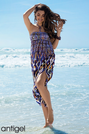 09f64a2a62f mannequin antigel porte une robe longue de plage en coloris bleu et jaune  avec un beau