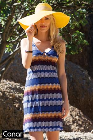 482e4fd92cc mannequin blonde porte robe de plage jaune et bleue à rayures et porte un  grand chapeau