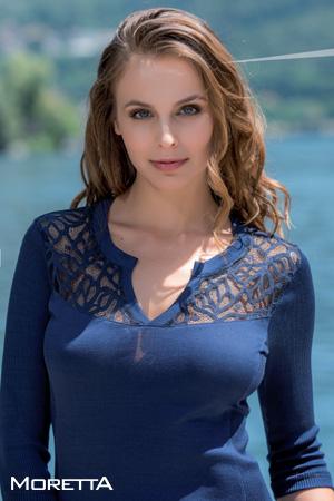 prêt à porter moretta marque italienne haut de gamme mannequin porte top manches 3/4 bleu marine avec guipure en coton