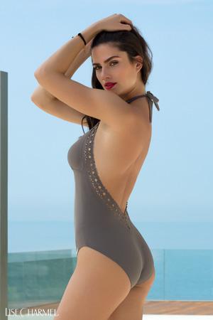 mannequin lise charmel porte maillot de bain ajourage couture en coloris taupe marron une pièce avec dos très décolleté