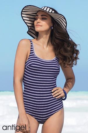 mannequin antigel de lise charmel porte un maillot de bain une pièce style nageur de la collection vent debout marine rayues et un grand chapeau à larges bords à rayure marinières