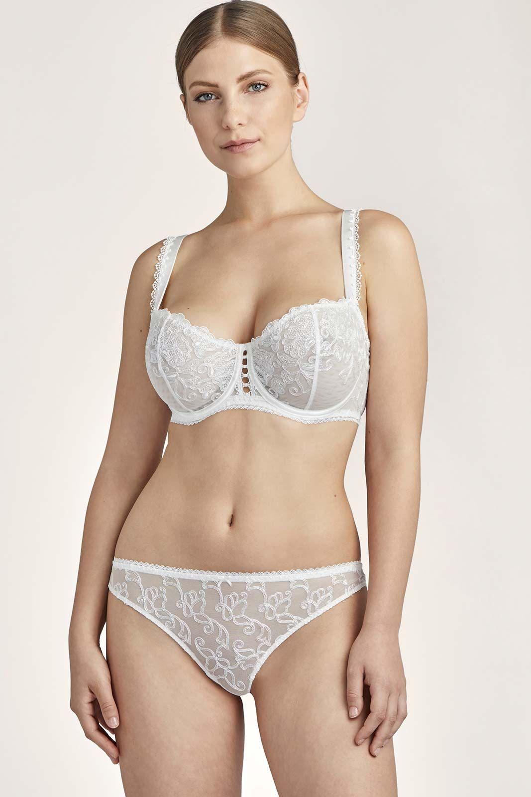 Mannequin portant un ensemble lingerie invisible et en dentelle de la marque Aubade