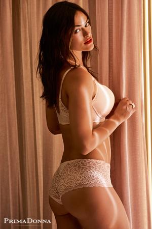 mannequin grande taille lingerie Myla Dalbesio porte ensemble de lingerie mariage I Do en silky tan