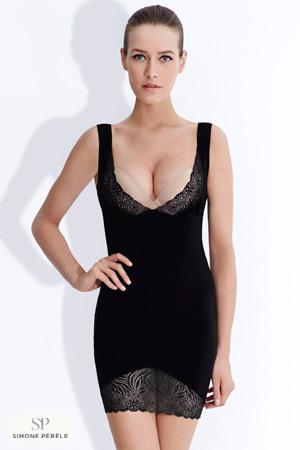 mannequin simone perele porte robe gainante noire anti cellulite devant un fond blanc