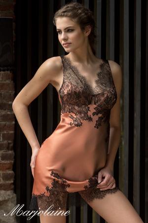 mannequin marjolaine lingerie porte nuisette en soie camel et dentelle noire haut de gamme