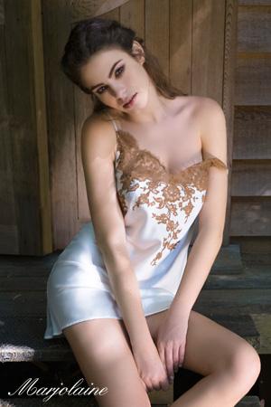 mannequin marjolaine made in lyon porte combinette soie et dentelle egerie