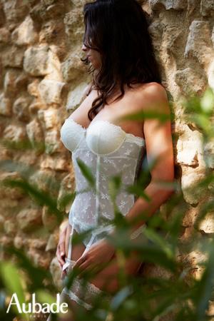 photographie en exterieur aubade lifestyle 2018 mannequin lingerie porte guêpière mariage blanc belle d'ispahan