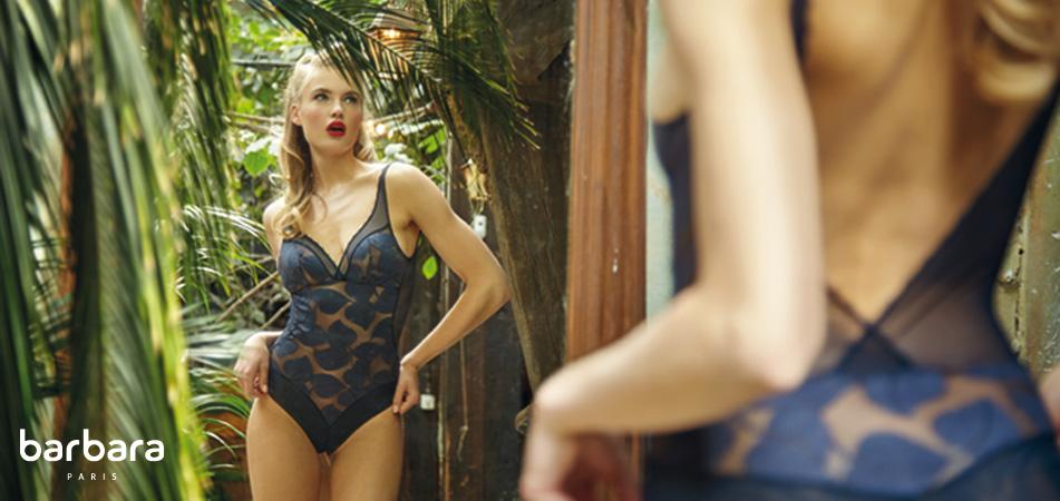 mannequin barbara porte body bleu effeuillage avec décolleté dans le dos face à un miroir