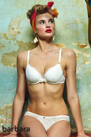 mannequin barbara collection printemps été 2018 porte ensemble de lingerie blanche collection coconut en coloris ivoire et pose avec une perroquet de couleur