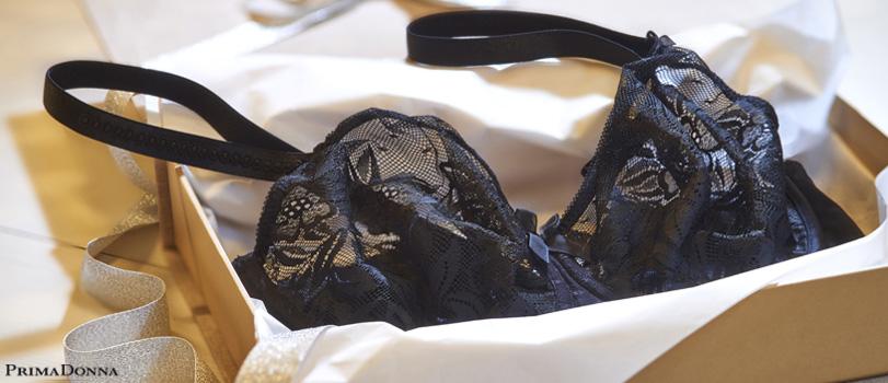 soutien-gorge noir de la marque prima donna en dentelle de calais posé dans une boite de lingerie