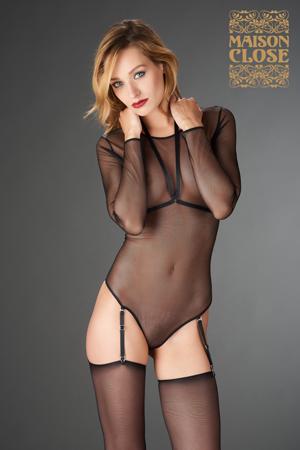 mannequin maison close lingerie porte body manches longues en tulle transparent avec un harnais amovible et des portes jarretelles avec des bas noirs transparents