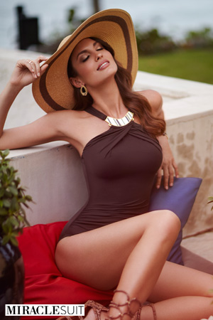 mannequin miraclesuit porte maillot de bain gainant haut de gamme coloris marron avec col bijou avec un grand chapeau de paille