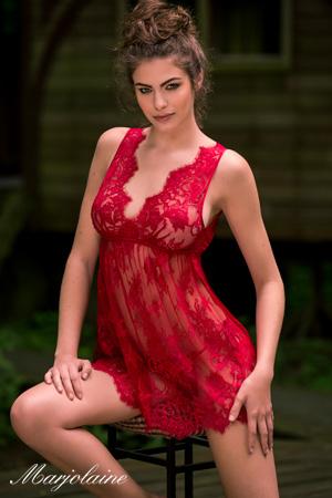 mannequin lingerie porte combinette nuisette de la marque Marjolaine marque de lingerie made in france très sexy rouge en dentelle de calais dentelle leavers
