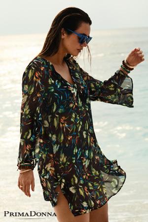 Mannequin grande taille Myla Dalbesio porte caftan de plage de la marque Prima Donna