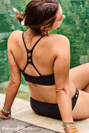 mannequin prima donna américaine grande taille Myla Dalbesio porte ensemble de bikini maillot de bain deux pièces noir avec dos ajouré vu de dos