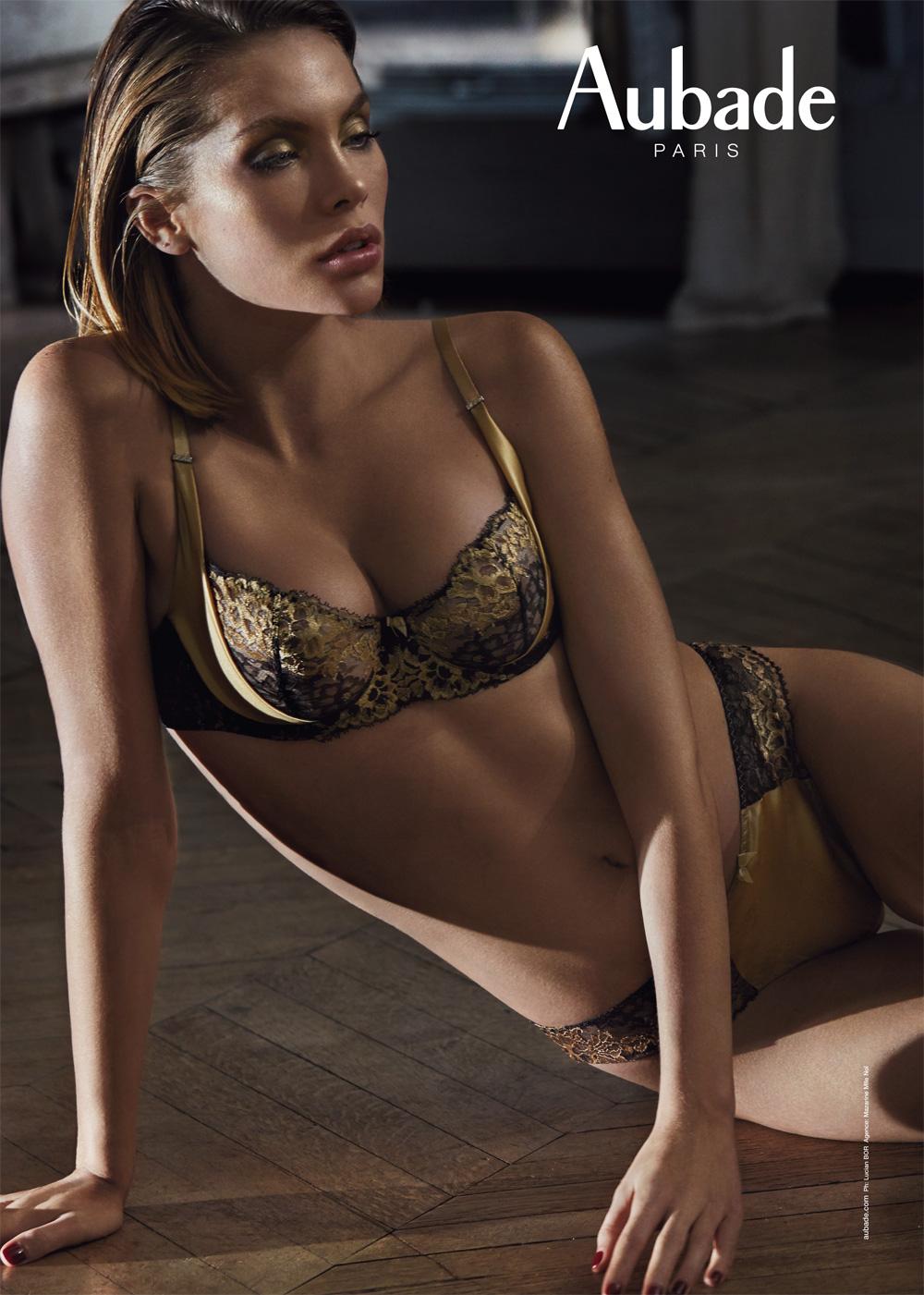 femme mannequin lingerie pour Aubade Paris porte ensemble de lingerie soutien-gorge corbeille et slip italien en dentelle leavers bicolore noir et or et satin de soie doré ultra raffinée