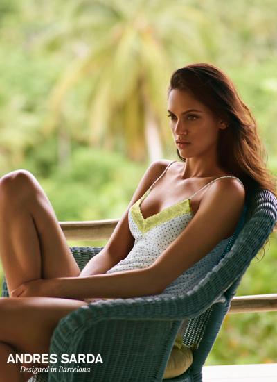 mannequin Andres Sarda lingerie porte ensemble caraco coton à pois noir et blanc et dentelle verte