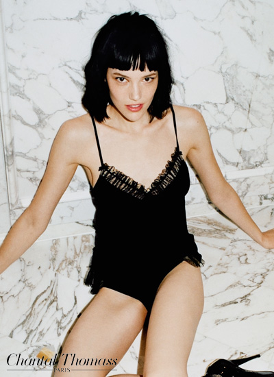 mannequin chantal thomass porte caraco noir de la collection frivole