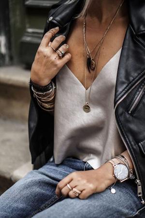 image inspiration crédit photo Pinterest femme porte caraco en satin soie taupe marron avec un jean et un perfecto en cuir