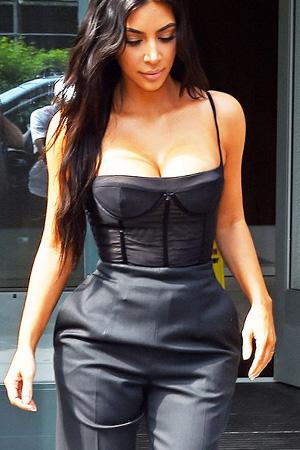 photo kim kardashian porte guêpière noir transparente décolleté carré avec un pantalon noir taille haute