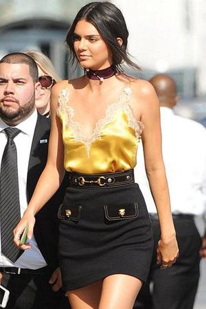 kendall jenner porte caraco jaune et dentelle avec jupe noire credit photo Pinterest