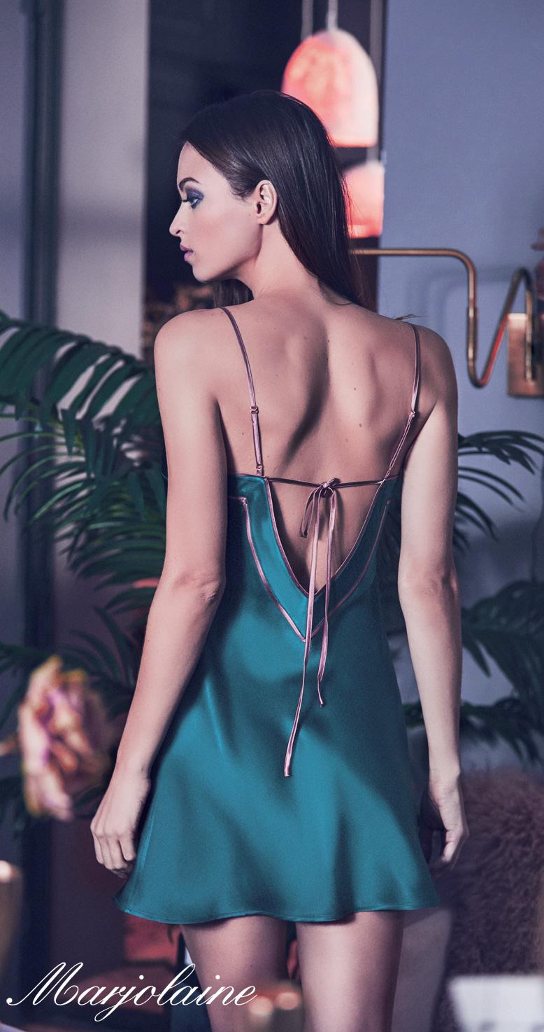 mannequin lingerie porte combinette marjolaine en soie bicolore en coloris cèdre argile de dos