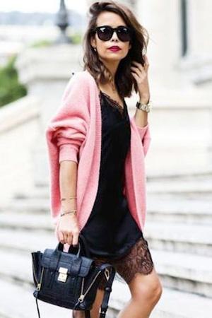 jeune femme porte nuisette noire avec dentelle en bas et cardigan long en laine rose et sac à main et monte des marches crédit photo pinterest
