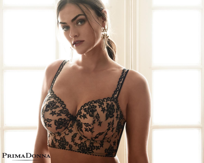 Myla Dalbesio mannequin grande taille porte soutien-gorge bustier collection dolce vita en coloris noir de la marque Prima donna saison automne hiver 2018