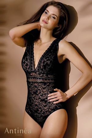 mannequin lingerie marque Antinéa de Lise Charmel porte body en dentelle noire collection présence Dentelle