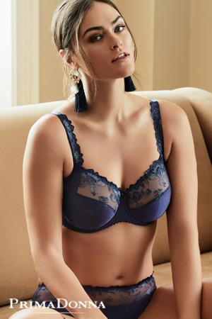 Prima donna mannequin grande taille Myla Dalbesio porte ensemble de lingerie haut de gamme pour bonnets profonds collection plume en coloris bleu bijou